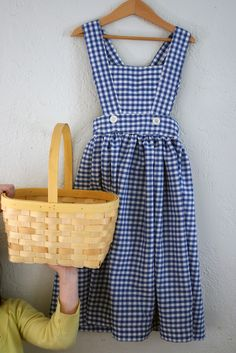 blue gingham apron - Oh Dorothy, where are your ruby red slippers? Retro Apron, Aprons Vintage, Vintage Sewing, Angry Chicken, Historical Women, Historical Photos, Tartan, Cute Aprons, Sewing Aprons