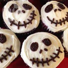 Halloween Essen, Halloween Rezepte, Halloween Muffins, Halloween Cupcakes, Totenkopf, Halloween Muffins als Totenkopf verzieren (Nightmare before Christmas) @ de.allrecipes.com