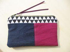 Trousse à maquillage en tissus coton imprimé triangle noir et blanc + jeans + coton uni violet +lien satin : Trousses par tresors-des-baines