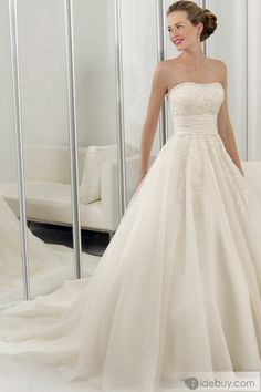 If I ever have a formal wedding I want a dress like this!