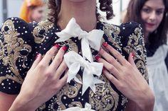 Detalhe de bordados dourados e pequenas pérolas cosidas à mão. Casaco inspirado no barroco.