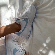 cute aesthetic shoes - Nike Air Force Source by juliaashlz air force aesthetic Sock Shoes, Women's Shoes, Me Too Shoes, Flat Shoes, Souliers Nike, Nike Air Shoes, Nike Shoes Outfits, Aesthetic Shoes, Aesthetic Boy