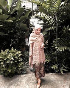 Charming #kondanganoutfit by @_nurul_fadhilh . Follow @preweddingstyle & @kondangansquad . ➖➖➖➖➖➖➖➖➖➖➖ #kebaya #ootdkondangan… Kebaya Lace, Kebaya Hijab, Batik Kebaya, Kebaya Dress, Kebaya Muslim, Bridesmaid Skirts, Hijab Wedding Dresses, Pakistani Dresses, Batik Fashion