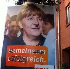Het valt Hitler op dat er een vrouwelijke leider in Duitsland is. Hij heeft vele bewonderingen voor haar want zij maakten van Duitsland het machtigste land in Europa met alleen diplomatiek. Toch heeft Adolf commentaar op de gang van zaken in het land.