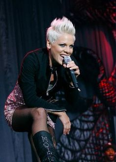 P!NK on tour Looking at A Hott Mess :-$