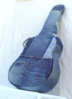 Für die Musiker begleiten Sie diese Gitarre Tasche in Ihrer musikalischen Streifzügen!  Es ist aus recycelten Jean Patchwork aus verschiedenen Farben gefertigt.  Baumwolle gefüttert und gepolstert, das Vlies ist eingerichtet mit einem großen Beutel, gemacht mit der Seite von ein John, 2 Taschen, 2 Griffe und einen Reißverschluss auf der linken Seite, einem Schulterriemen auf dem Rücken, auf der Schulter zu tragen.    Dieses Modell ist, wird nicht verkauft (es ist das Cover von meiner…