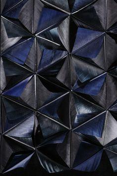 Revêtement noir : jeu d'ombres et de volumes - géométrie. Nelly Rodi / JANAÏNA MILHEIRO