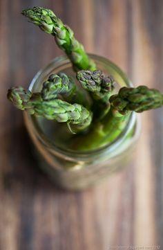 blurred   spring vegetables: aspargus . Frühlings-Gemüse: Spargel . légumes de printemps: asperge   Food Photography Workshop with Andrew Scrivani  