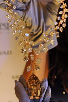 "A necklace from Mouawad Joallier featuring a internally flawless yellow diamond called ""L'Incomparable"". Royal Jewels, Crown Jewels, Expensive Necklaces, Most Expensive Jewelry, Bling, Gold Set, Diamond Are A Girls Best Friend, Diamond Jewelry, Diamond Necklaces"