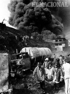 Bomberos realizando labores de rescate durante incendio de la planta eléctrica de Tacoa en el estado Vargas. La Guaira, 20-12-82 (TOM GRILLO / ARCHIVO EL NACIONAL)