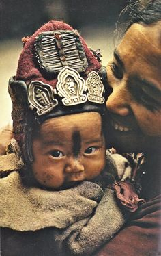 "March 1978 ""The woolen cap on a younger child guards against cold winds, while the amulets and needles that decorate it ward off evil spirits."" from Ladakh - The Last Shangri-la, article and photographs by Thomas J. Cultures Du Monde, World Cultures, Beautiful World, Beautiful People, Foto Face, Costume Ethnique, Mama Baby, Baby Boy, Diane Arbus"