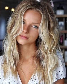 Nuances de blond : Want my hair to look like that with the wave (style) Idées et Tendances Färbung Cheveux Blonds 2017 Bildbeschreibung Möchte, dass meine Haare mit der Welle (Stil) so aussehen Summer Hairstyles, Pretty Hairstyles, Long Blonde Hairstyles, Celebrity Long Hairstyles, Beach Hairstyles For Long Hair, Blonde Haircuts, Thin Blonde Hair, Beach Blonde Hair, Girls With Blonde Hair