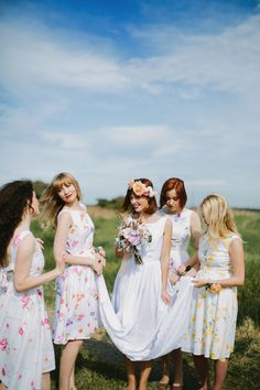 LOVING these floral print bridesmaids!  floral print for bridesmaids / Justin Aaron Photography
