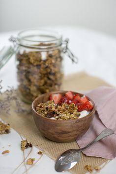 Rien de mieux que de commencer la journée avec un petit-déjeuner de championne qui mélange flocons d'avoine, fruits secs, fruits frais ou chocolat… Voici une recette de granola maison healthy avec des graines de chia et sésame ! Ingrédients • 2/3 dose miel ou sirop d'érable • 1/3 dose huile de coco • 3 doses … Continuer la lecture de «Recette healthy – Granola Maison»