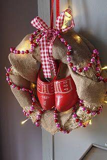 #Sinterklaas- i.p.v. #kerstkrans. Met een juten zak en #klompjes.