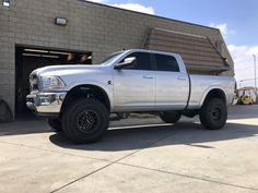 """crew cab short bed Ram 2500 features aCarli 2014+ Pintop 2.5 2500 system,17"""" Method NV wheels, and 37"""" Toyo Open Country R/T's. With minor inner fender liner and pinch weld trimming, this truck clears 37"""" tires on 4.75"""" backspacing wheels"""