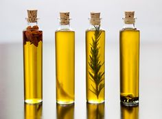 You won't believe how easy it is to make infused olive oils. wedding gifts Kitchen Basics: How to Make Infused Olive Oils Flavored Oils, Infused Oils, Flavored Olive Oil, Homemade Christmas Gifts, Homemade Gifts, Xmas Gifts, Diy Gifts, Diy Wedding Gifts, Trendy Wedding