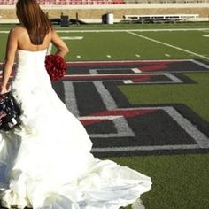 if I ever get married, I want a picture just like this...minus the pom pom! texas tech.