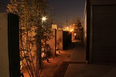映し出された光と影。行き交う人々の視線が集まるライティングテクニック。 #lightingmeister #pinterest #gardenlighting #outdoorlighting #exterior #garden #light #house #home #shadow #way #lineofsight #lighting #光 #影 #道 #視線 #ライティング #家 #庭
