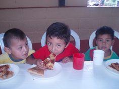 Los niños beneficiados de la Fundación Cocina de la Esperanza así disfrutan su PIZZA :)