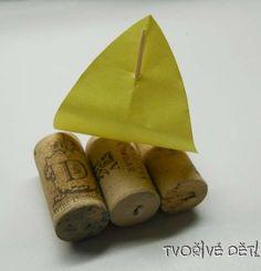 Další nápad na využití korkových zátek - postavme si flotilu lodiček do vody, dobře v ní plavou ! Potřebujeme: Barevné papíry Nůžky 3 korkové zátky na každou lodičku Tavná pistole Párátka Postup: Korkové zátky spojíme tavnou pistolí, z barevného papíru vystřihneme ...