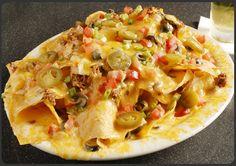 Nachos Con Queso Y Cerveza Recipe Beef Nachos, Chicken Nachos, Cheesy Nachos, Taco Bell Recipes, Mexican Food Recipes, Ethnic Recipes, Guacamole, Nachos Supreme, Sauces