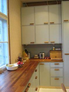 50-luvun keittiö Emma's Kitchen, 1940s Kitchen, Kitchen Time, Kitchen Corner, Vintage Kitchen, Kitchen Cabinets, 50s Style Kitchens, Home Kitchens, 1940s Home