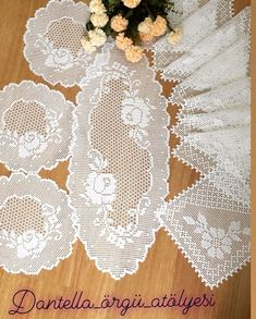 The Most Beautiful Lace Tablecloth Models - lace things Crochet Placemats, Crochet Doily Patterns, Crochet Designs, Crochet Doilies, Crochet Flowers, Diy Handwarmers, Crochet Table Topper, Diy Crafts Crochet, Filet Crochet Charts