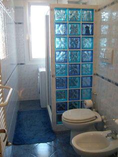 Vetrocemento (Foto) | Designmag Tiny Bathrooms, Rustic Bathrooms, Beautiful Bathrooms, Small Bathroom, Bathroom Tile Designs, Modern Bathroom Design, Bathroom Interior Design, Glass Block Shower, Bad Styling