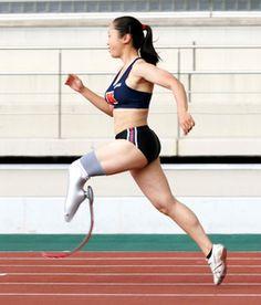 写真:山中教授らが制作した義足を使って走る女子陸上の高桑早生選手=後藤晃人氏撮影