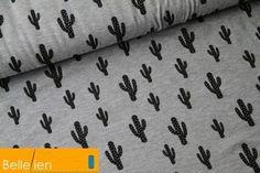 Grijze viscose jersey met zwarte cactussen.  De viscose jersey is dun en valt soepel.    140cm breed  92% viscose - 8% elasthaan  220g/m²        Deze stof is te koop per 25 cm. Wil je bv. 1 meter aankopen,...