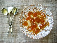 Grape spoon sweet has the great advantage that can satiate any sweet cravings with relatively little calories and no fat ; It also keeps for ever (once opened the need to be refrigerated) and is perfect either on its own, usually served with a large glass of water, or over thick Greek yogurt, as a dessert after a big meal,also  with the soft, tangy cheeses typical of the Greek islands, like myzithra (something between quark and ricotta).  ΣΤΑΦΥΛΙ ΓΛΥΚΟ