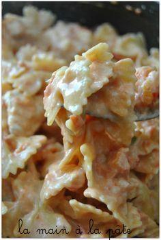 Farfalle crémeuses au poulet {One pot pasta}        4 blancs de poulet     2 boites de pulpes de tomates     la valeur d'une boite de pulpe de tomates vides remplie d'eau     500g de farfalles     1 pot de Philadelphia nature (150g)     70g de parmesan     1 CS d'huile d'olive     1 CS d'origan séché     1 oignon     quelques brins de ciboulette fraîche     sel et poivre