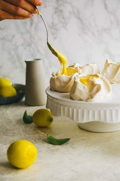 Pavlova with lemon curd. Such a beautiful dessert made with only five ingredients. desserts for adults cake recipes Pavlova with lemon curd Lemon Curd Dessert, Lemon Curd Pavlova, Lemon Desserts, Lemon Recipes, Just Desserts, Sweet Recipes, Delicious Desserts, Dessert Recipes, Yummy Food