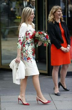 The Dutch Queen teamed her floral dress with a pair of red slingback stilettos with white trim Queen Fashion, Royal Fashion, Couture Fashion, Royal Dresses, Modest Dresses, Nice Dresses, Queen Dress, Queen Maxima, Elegant Woman