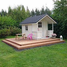 Viikonloppuna terassi vielä viimeisteltiin ja kaksi reunaa sai askelman. #playhouse#leikkimökki