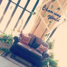 ゲストとの距離がグンと縮まる♡『高砂ソファ』で楽しいウェディング作り♩にて紹介している画像 Sweetheart Table, Party Items, Wedding Images, Porch Swing, Outdoor Decor, Instagram, Sofa, Space, Natural