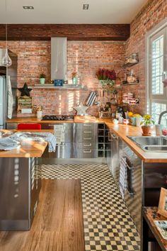 cocina con muebles de acero y baldosas retro