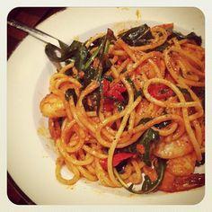 Spaghetti con gamberetti e rucola.