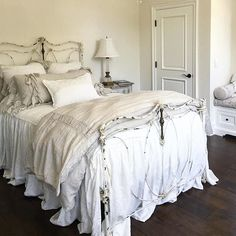 Inventive rustic shabby chic bedding find out here Shabby Chic Living Room, Shabby Chic Interiors, Rustic Shabby Chic, Shabby Chic Bedrooms, Shabby Chic Kitchen, Shabby Chic Homes, Shabby Chic Furniture, Benchcraft Furniture, Rustic Farmhouse