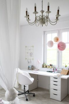 Makeover Mädchen-Kinderzimmer Inspiration and Ideas for a Girl Nursery Makeover in White, Pink and Gray. Writing desk, four-poster bed and sofa corner! Girl Nursery, Girls Bedroom, Girl Rooms, Diy Room Decor For Teens, Four Poster Bed, Decoration Bedroom, Tumblr Rooms, Diy Décoration, New Room