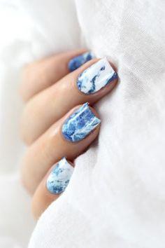 Blue Marble Nail Art-La manucure marbre, toujours tendance en 2018 ! - The marble manicure trend, still going strong in 2018! #Bestsummernails