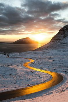 In der goldenen Stunde kurz vor Sonnenuntergang taucht die Sonne ihre Umgebung in ein wunderschönes Licht. Dadurch wird die Straße auf diesem Foto zu einem goldfarbenen Fluss durch die schneebedeckte Landschaft. @gullerpat hat diesen tollem Moment eingefangen und auf Instagram veröffentlicht. #nature #photography