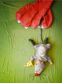 Alors que son petit bout de chou fait ses siestes, une maman le met en scène dans un univers onirique, féerique et plein de douceur dans lequel il est le héros de fantastiques aventures.SooCurious partage avec vous cette adorable série de photographies qui vous p...