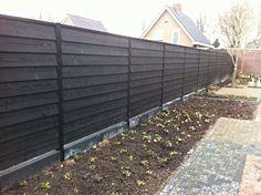 Zwarte gespoten schuttingen - Welles hout Backyard Fences, Garden Fencing, Backyard Projects, Garden Projects, Garden Landscaping, Front Fence, Fence Gate, Fence Styles, Black Fence
