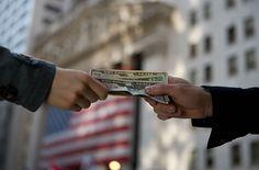 Son ACCIONES ECONÓMICAS cada una de las partes proporcionales del capital económico y social de una institución que son vendidas y compradas por aquellos individuos llamados accionistas que desean poseer propiedad sobre la empresa.