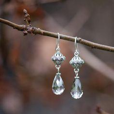 Verzilverde oorhaken met prachtig gedetailleerd Vintage Lace Ball en daaronder een facetgeslepen peervormige Black Diamond kraal.