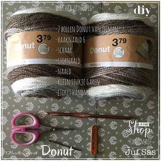 Deze wol Donut heb ik pas besteld bij Zeeman en het leek me leuk om te kijken hoe deze wol verloopt door er een enkele colshawl van te haken. Om de colshawl ee