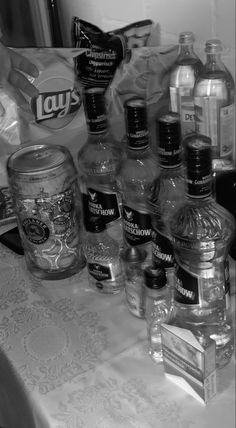 Black And White Picture Wall, Black And White Pictures, Alcohol Pictures, Rauch Fotografie, Alcohol Aesthetic, Images Esthétiques, Black And White Aesthetic, Fake Photo, Cute Friends