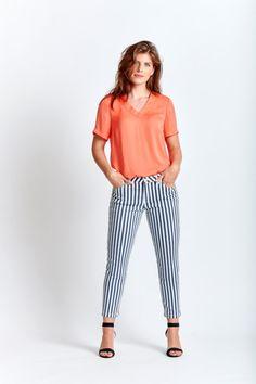 Dresscode: streepjes | Ook in de zomer ontkom je er niet aan: strepen. Van blouse tot T-shirt en van rok tot broek; je hebt vast wel een gestreept item in de kast liggen waar je helemaal verknocht aan bent? Niet heel gek, want strepen zijn gewoon heel makkelijk te combineren. Neem nu deze broek. Kies elke willekeurige kleur in de collectie van Miss Etam om samen met deze broek de perfecte zomer-outfit te creëren. #missetam Complete Outfits, Striped Pants, T Shirts, Dresscode, Collection, Tops, Blouse, Design, Studio